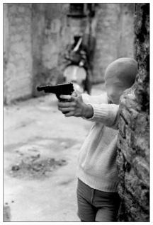 Enfant qui joue au tueur dans les rues de Palerme (1982)