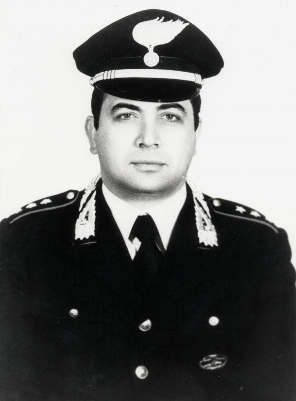 En charge de l'enquête sur les assassins du Commissaire Giuliano, l'officier des carabiniers travailla en étroite collaboration avec le juge Paolo Borsellino.