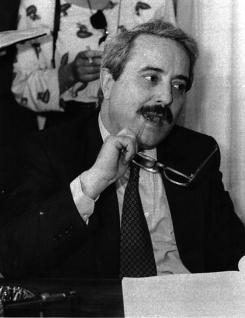Giovanni Falcone est l'emblème de la lutte antimafia. Son courage et son abnégation pour que l'Etat de droit soit respecté a été sans faille malgré le danger encourus pendant de nombreuses années et la disparition de plusieurs de ses amis.