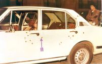 La voiture d'escorte qui suivait Aldo Scuderi. C'est de cette voiture que sont sortis deux gardes du corps, armes au poings pour répliquer aux terroristes mais des tirs venant de l'arrière les ont tué aussitôt.