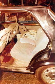 L'intérieur de la Fiat dans laquelle se trouvait Aldo Moro. Il n'a pas été blessé lors de l'attaque malgré les 98 balles tirées. Une opération militaire d'un très haut niveau qui suppose une logistique au delà des possibilités des Brigades Rouges.