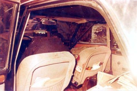 La voiture d'escorte criblée de balles.
