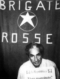 Aldo Moro prisonnier dans le repaire de la rue Gradoli à Rome (photo ansa). Après 55 jours de séquestration et de négociations avec l'Etat, les Brigades rouges l'exécutent.