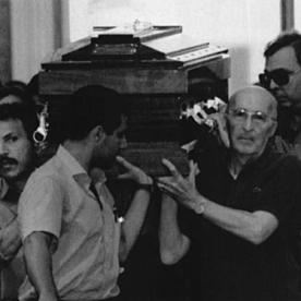 Paolo Borsellino emmené dans sa dernière demeure. A dte, le juge Caponnetto qui a créé le pool antimafia