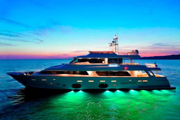 Yacht de luxe (ce bateau n'a aucun motif réel avec l'article)