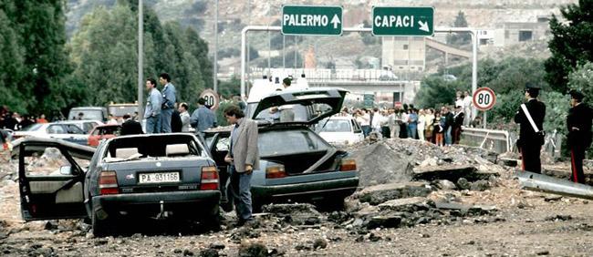 Attentat de Capaci qui tua Falcone, sa femme et 3 policiers de son escorte