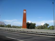 Stèle de commémoration à Capaci. 2 stèles se trouvent sur le bord de l'autoroute. - © C. Lovis