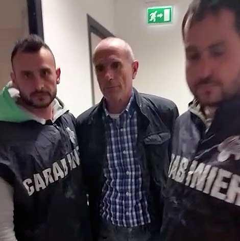 Lucio Morrone escorté à la prison de Rome par les carabiniers.