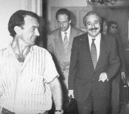 Falcone avec son collègue Leonardo Guarnotta après avoir été entendu par la Commission anti-mafia en juin 1990 (AP Photo - Archives Courier)