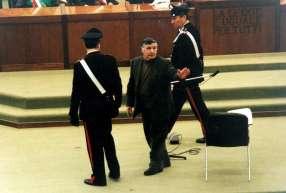 """Salvatore """"Totò"""" Riina raccompagné en prison après une audience"""